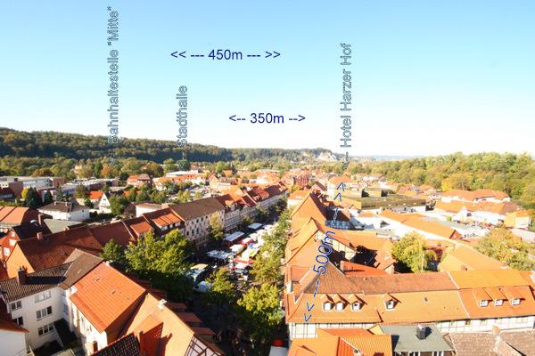 Das Foto ist auf dem Turm der zentral gelegenen Osterode Marktkirche aufgenommen und zeigt gut die Lage des Hotels. Im Vordergrund der Wochenmarkt.